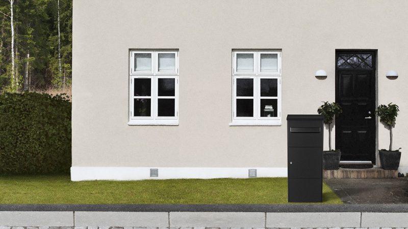 MEFA Oak (480) pakkepostkasse foran hus
